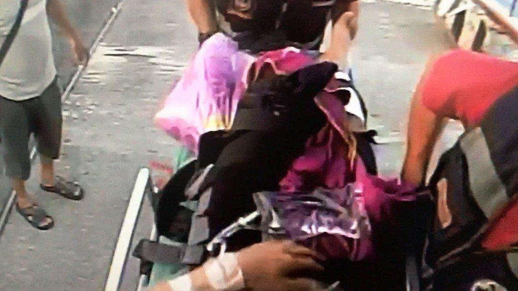 邱姓潛客發生斷腿意外後立即搭救護船送回本島東港急救(畫面為鏡像,左右相反)。記者...