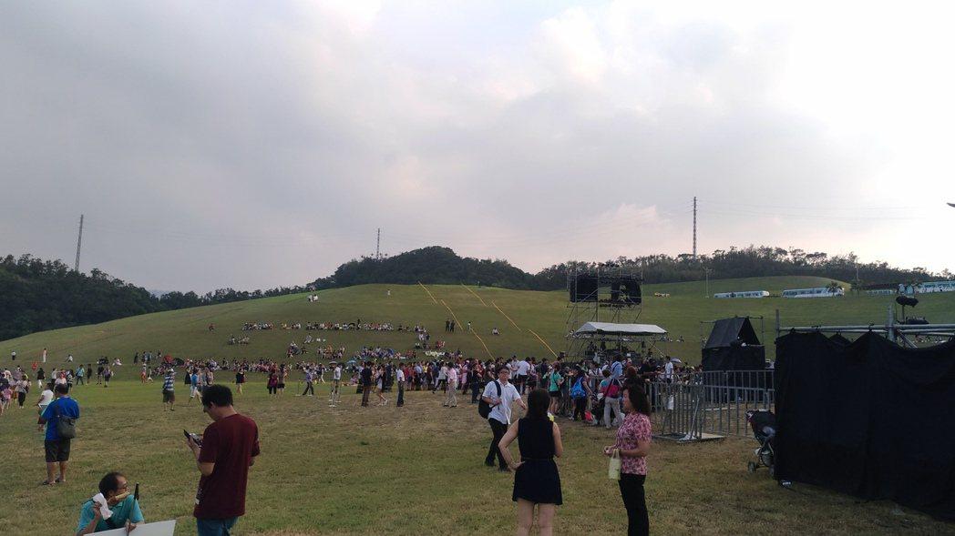 民眾在舞台前席地野餐頗為愜意。記者李姿瑩/攝影