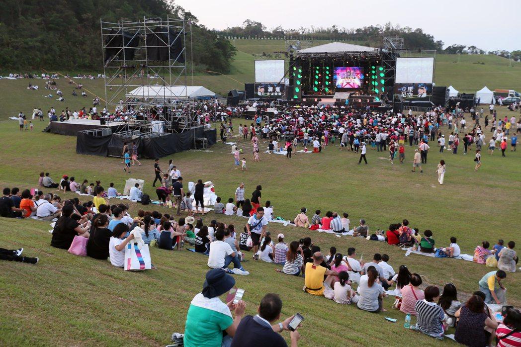 豬哥亮追思音樂會傍晚在基隆擁恆文創園區舉行,眾多歌手輪番演唱,吸引不少民眾前來觀...