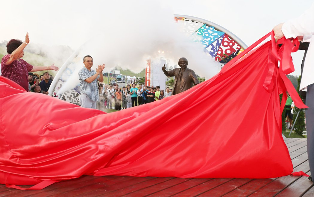 豬哥亮追思音樂會傍晚在基隆擁恆文創園區舉行,舉行紀念園銅像揭幕儀式,遺孀葉瑞美與...
