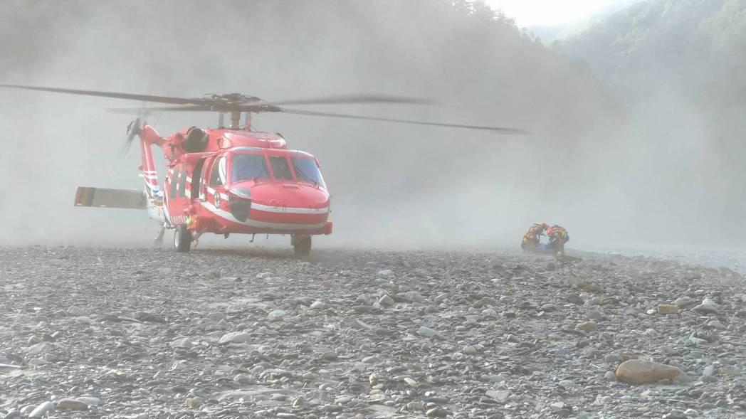 吳姓男子到台中和平山區烤肉戲水,落水至今6天,消防署今派直升機到河道,載回遺體。...