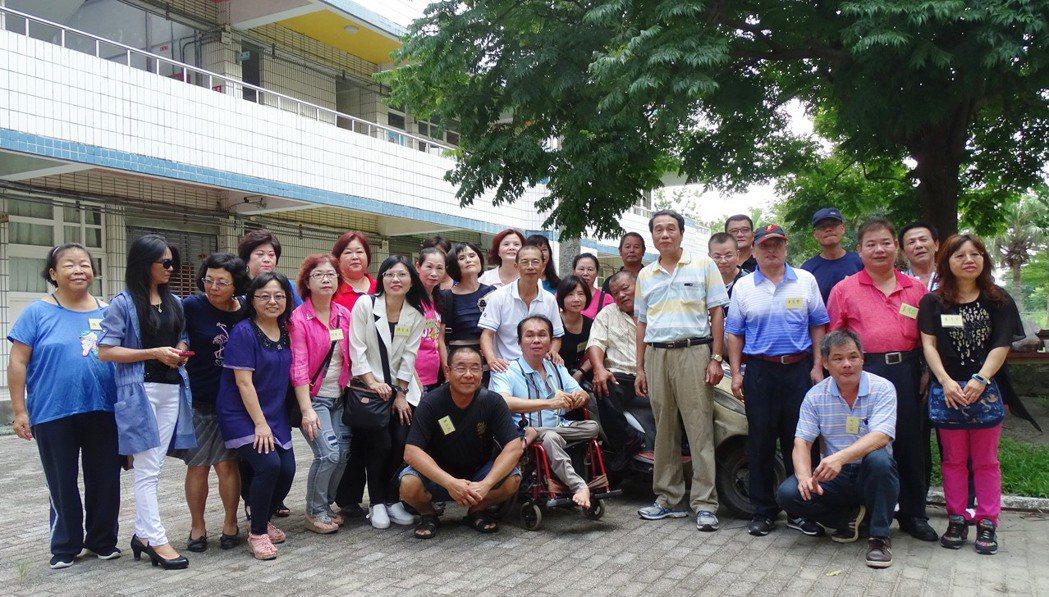 田尾鄉南鎮小學6年丁班41年前畢業後,今天第一次開同學會,32名老同學和當年導陳...