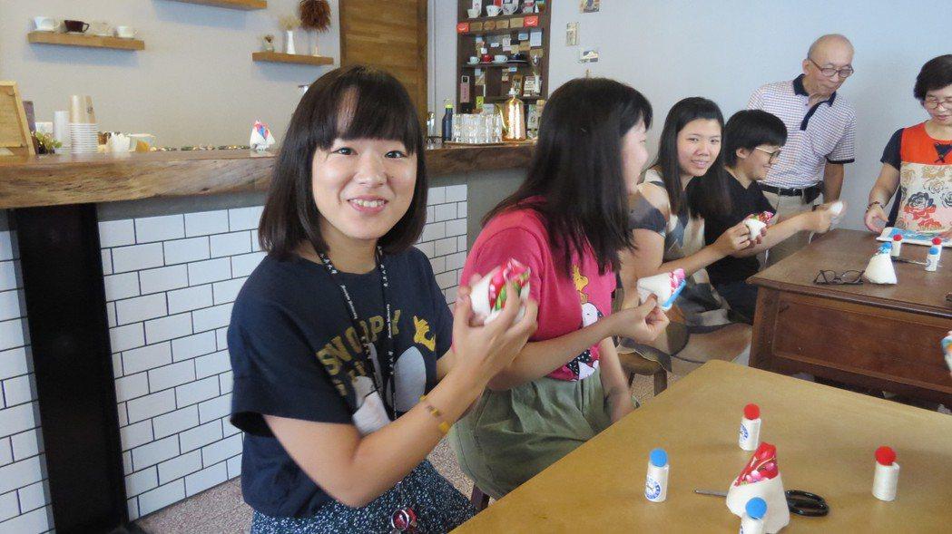 苗栗市新興大旅社今天首辦棉被花教學,日本女遊學生(左)快樂展示作品。記者范榮達/...