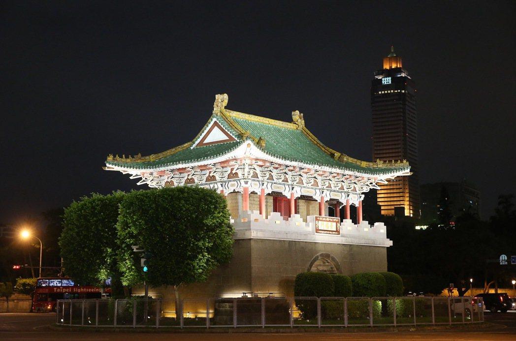 台北市政府為迎接世大運,西區門戶計畫除了讓北門重見天日外,還完成了東門、小南門夜...