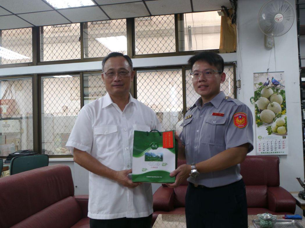 高市警察局長陳家欽(左)頒發「破案茶」,獎勵基層員警辛苦。記者徐白櫻/攝影