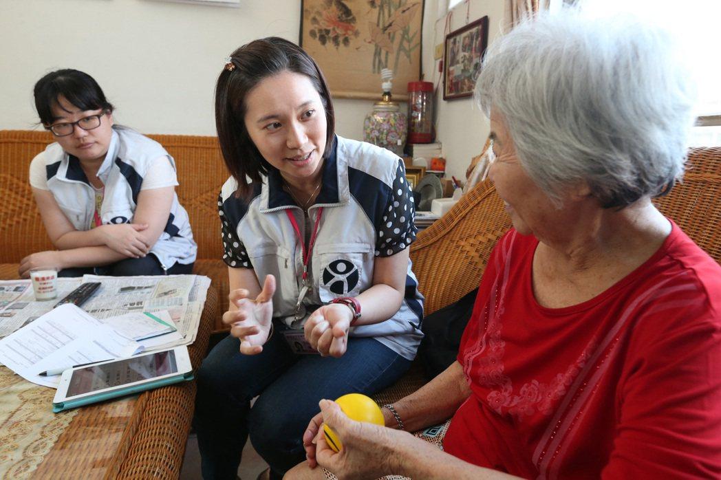 住在五股社區的阿嬤去日照中心已半年,照管專員訪視時,評估阿嬤的狀況。記者胡經周/...