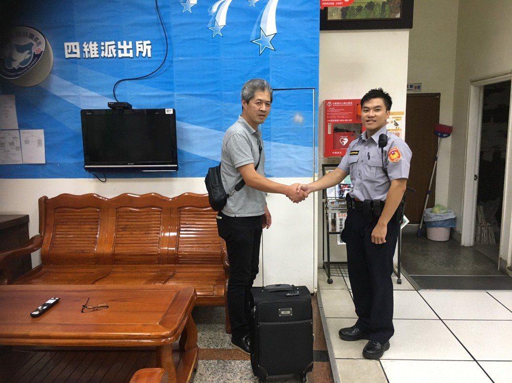 日本人白須章彥(左)來台遺失行李箱,稱許和感謝八德四維所警員謝永靖(右)竟能從臉...