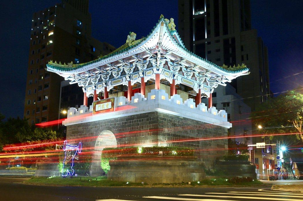 台北市政府為迎接世大運,西區門戶計畫除了讓北門重見天日外,還完成了東門、小南門(...