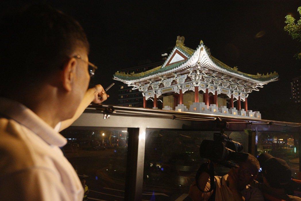 台北市長柯文哲(左)今晚主持「燦爛的台北城,燈峰造極」,舉行東門、南門、小南門試...