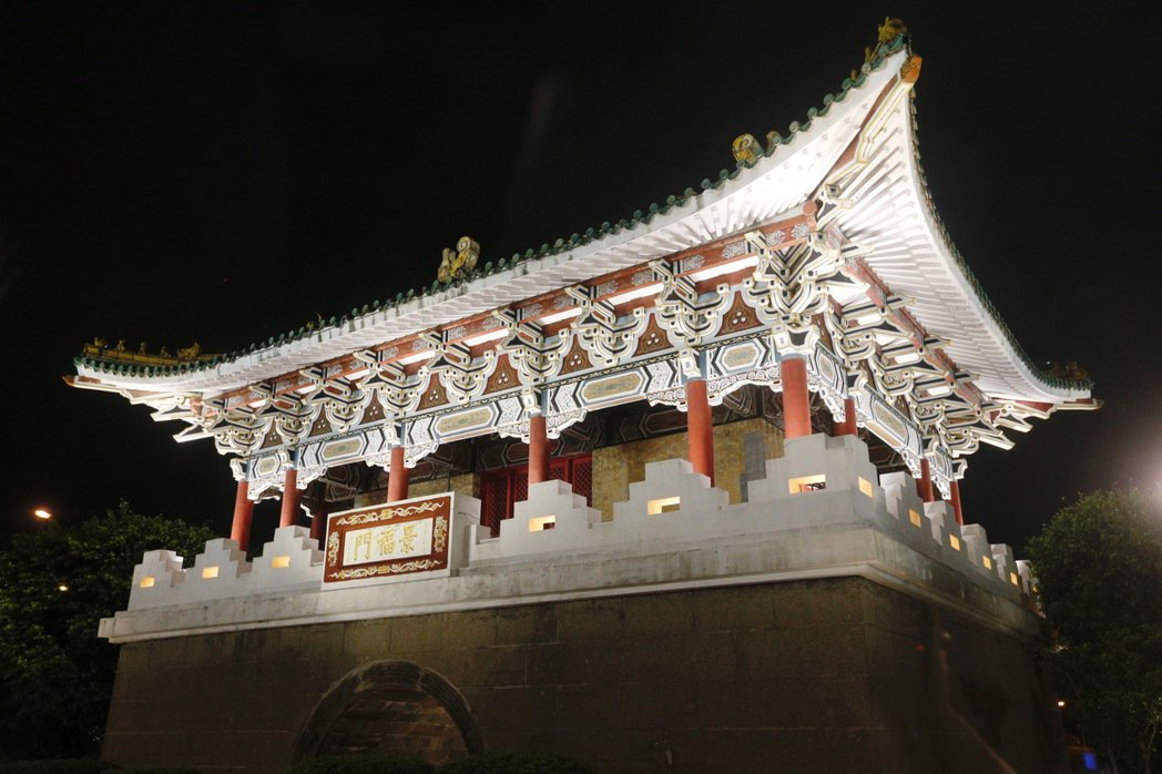 台北市長柯文哲今晚主持「燦爛的台北城,燈峰造極」,舉行東門、南門、小南門試運作點...