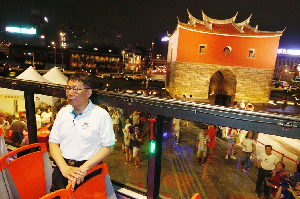 台北市長柯文哲(中)今晚主持「燦爛的台北城,燈峰造極」,舉行東門、南門、小南門試...