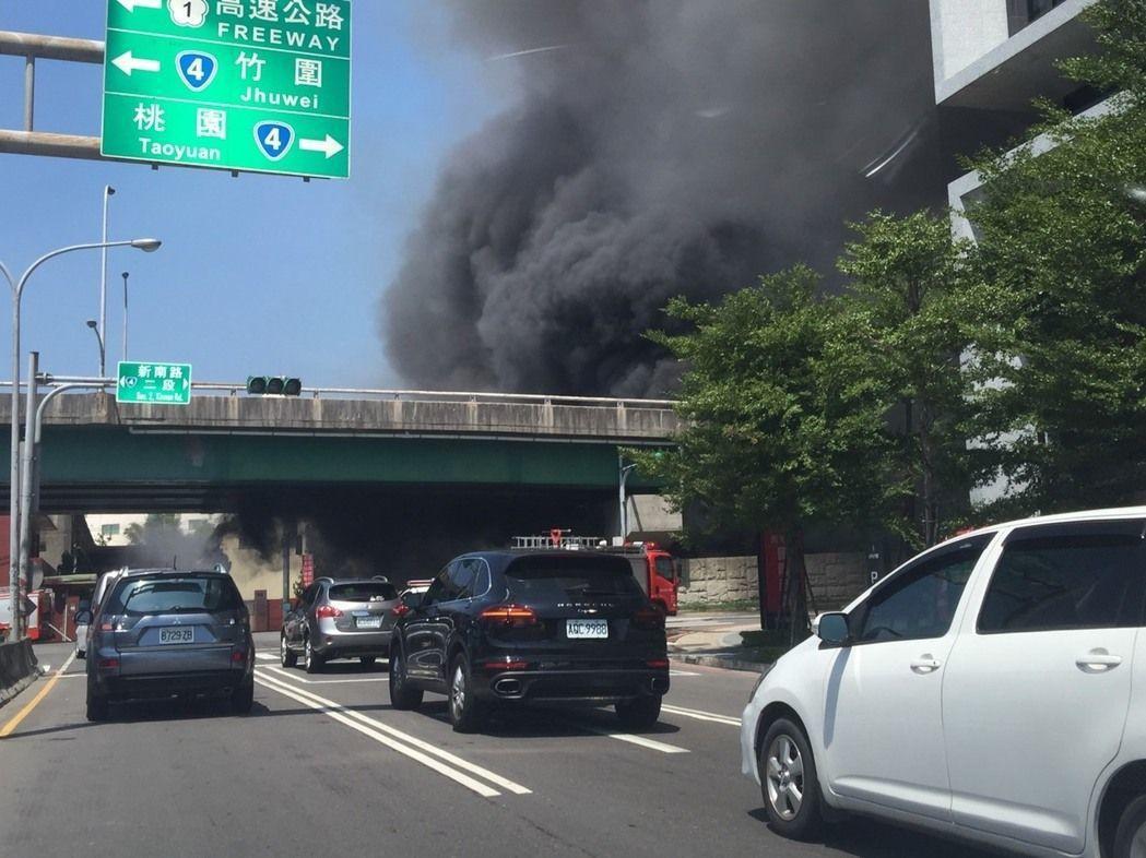 桃園國門陸橋本月6日因橋下堆置廢油桶引發大火「身受重傷」。圖/報系資料照