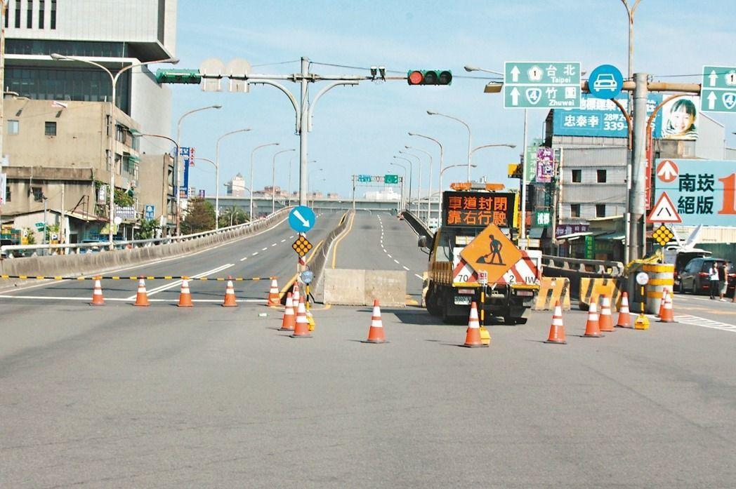 桃園國門陸橋因大火迄今已一個禮拜仍未復原開通。圖/報系資料照