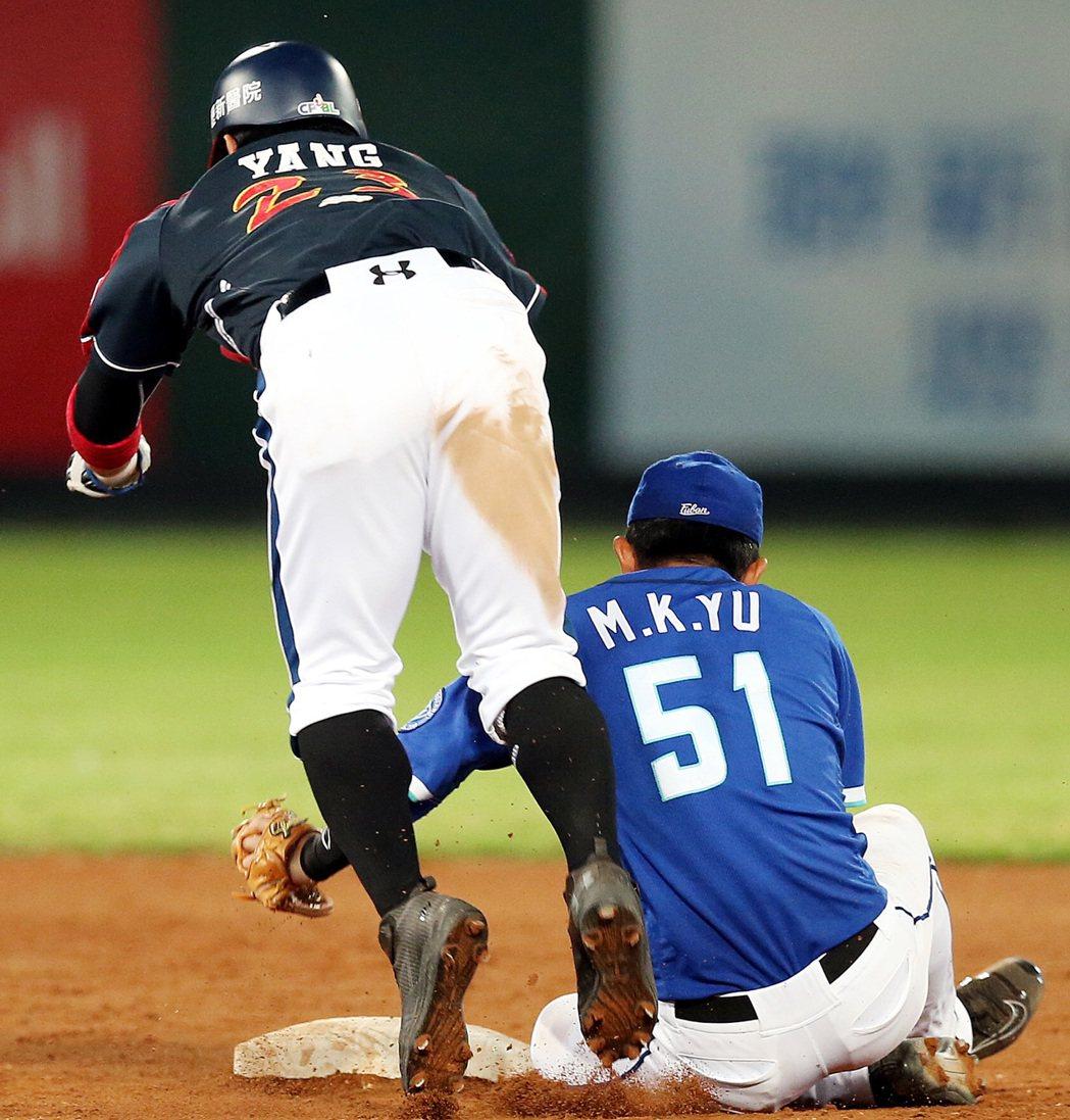 Lamigo桃猿隊陽耀勳(左)六局下跑壘時,與悍將游擊手于孟馗(右)相撞傷到右膝...