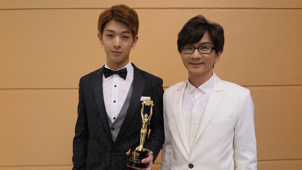 林隆璇(右)、林亭翰父子檔連袂出席香港華語金曲獎。圖/青田音樂文化提供