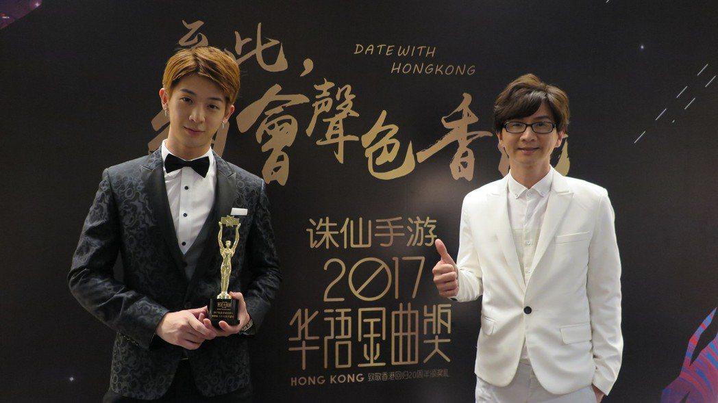林隆璇(右)、林亭翰(左)父子檔連袂出席香港華語金曲獎。圖/青田音樂文化提供