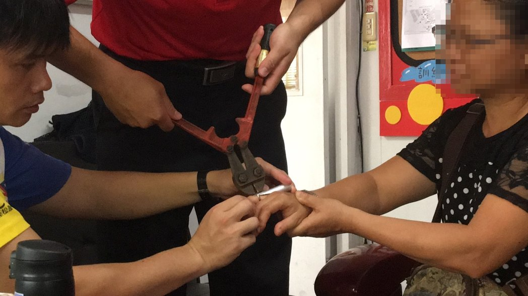 嘉義市黃姓婦人雙手無名指卡戒疼痛難耐,求助消防員幫忙她的手指「脫困」。圖/嘉義市...