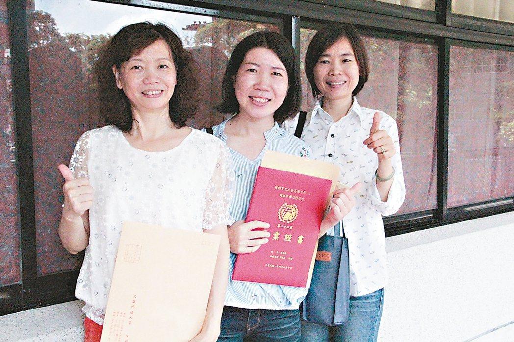 阮氏雪(右起)、陳翠貞及同班同學任容徵,3人是高中進修學校同學,一起考上文藻。 ...