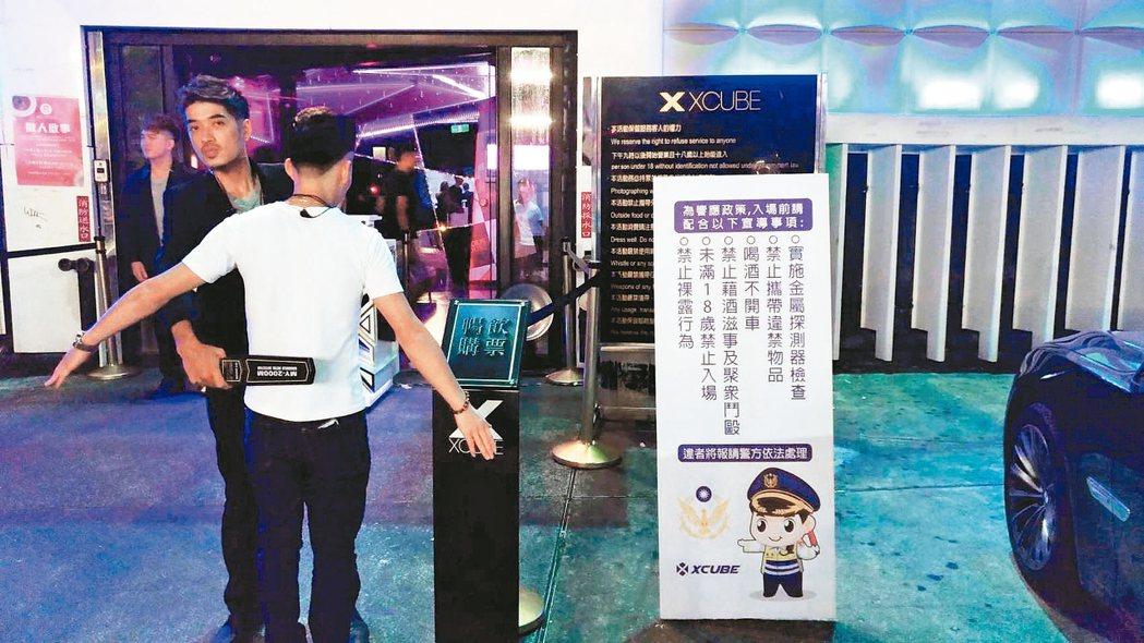 台中市警局協調夜店、酒店進行自主管理,派遣保全使用金屬探測器、樹立立牌標語等,希...