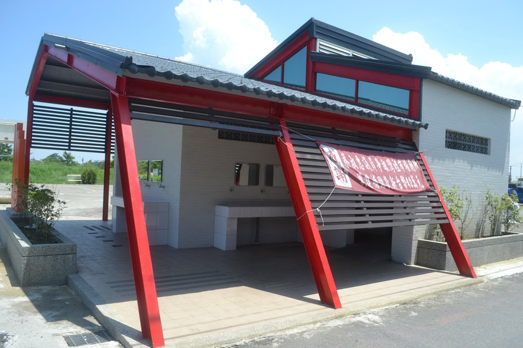 台南市南區萬年殿市場的老舊公廁,改建後成為特色公廁,獲民眾好評。記者鄭惠仁/攝影...