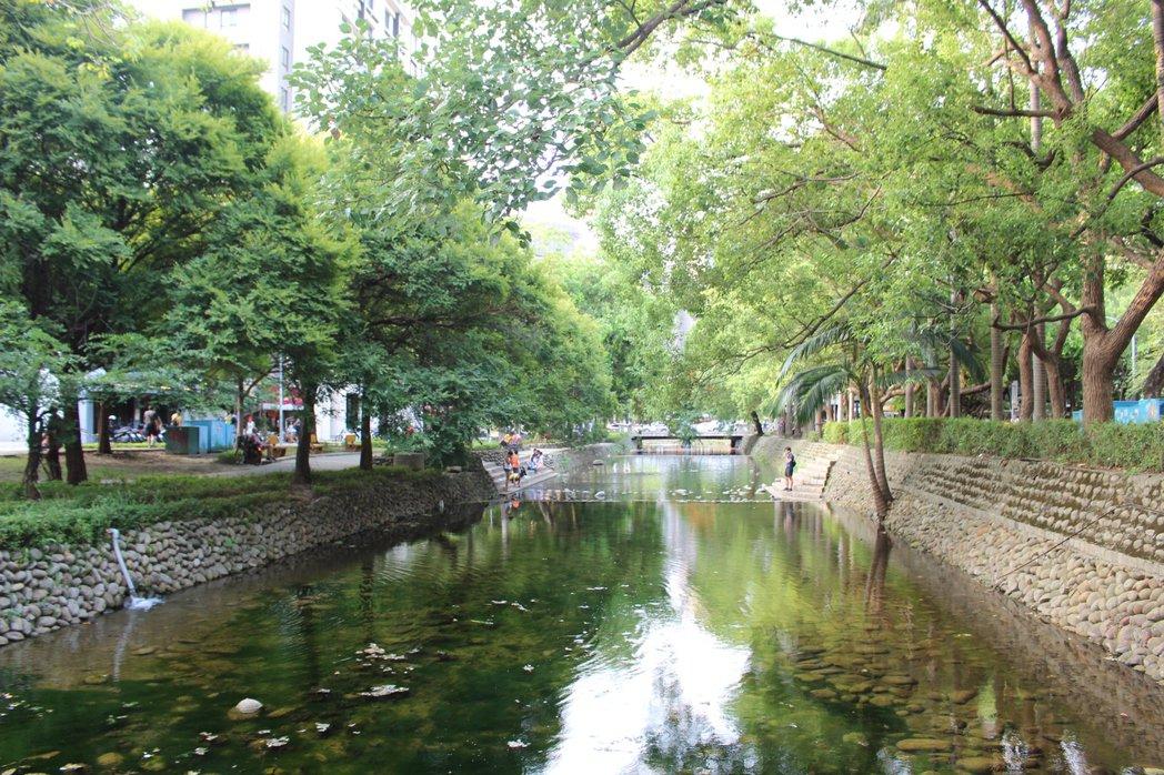 新竹市護城河現在乾淨、無異味,成為市民放鬆的去處之一。 記者張雅婷/攝影