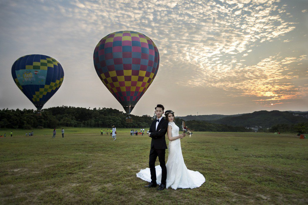 新竹青青草原有熱氣球活動,成了新人婚紗留念的去處。 圖/新竹市府提供