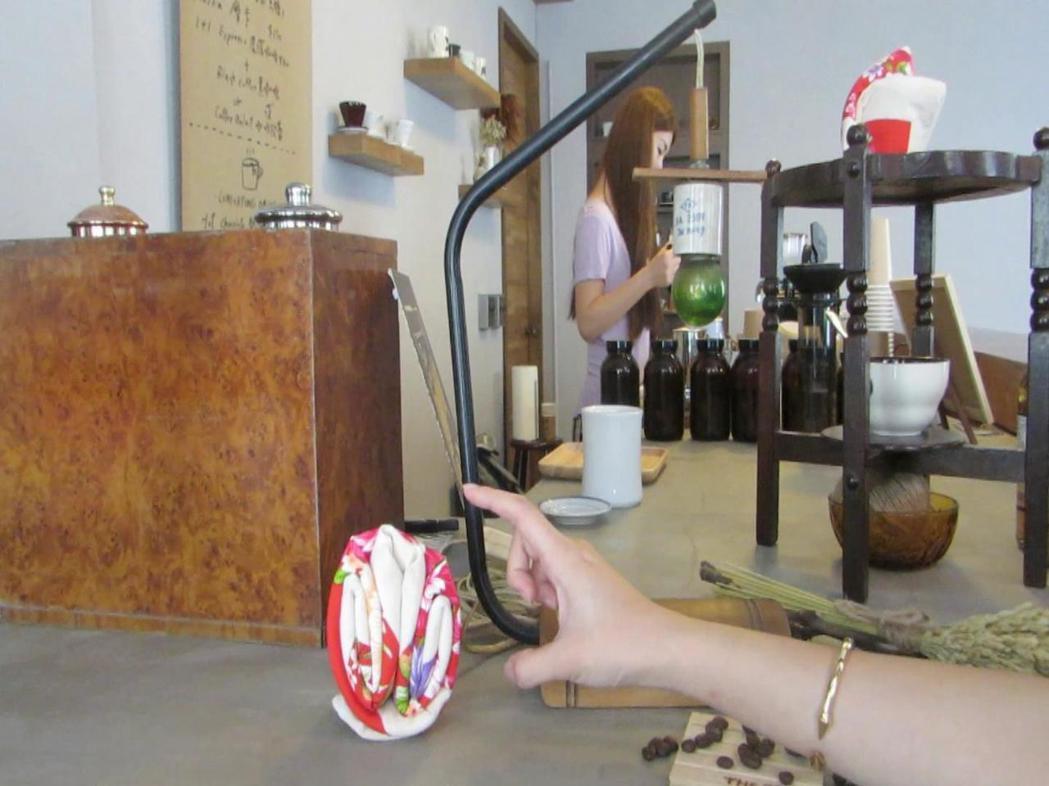 苗栗市新興大旅社老地方咖啡吧有棉被花等元素,延續溫韾舒服氛圍,成了談心好所在。 ...