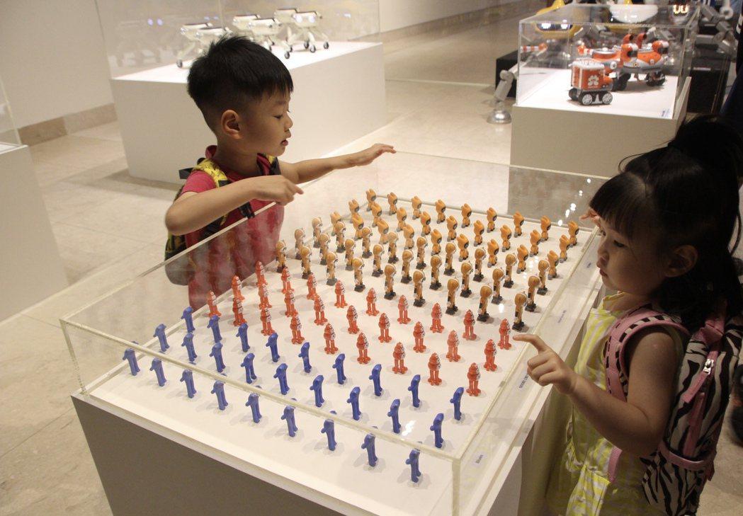 小小AKIBO機器人迷看到原創設計者,興奮又跳又叫,說他最喜歡尋寶隊,展場簡直成...