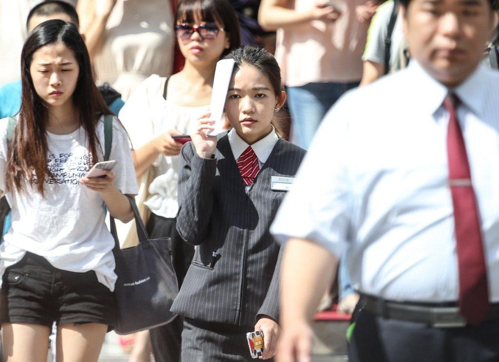 全台各地高溫炎熱,大台北地區中午高溫已達38度。 本報系資料照/記者鄭清元攝影