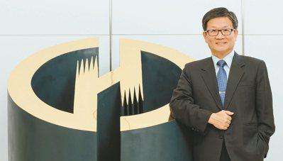 華南銀行信用卡最近衝破百萬張,成為公股銀行首例,華南金控及華銀董事長吳當傑說,破...