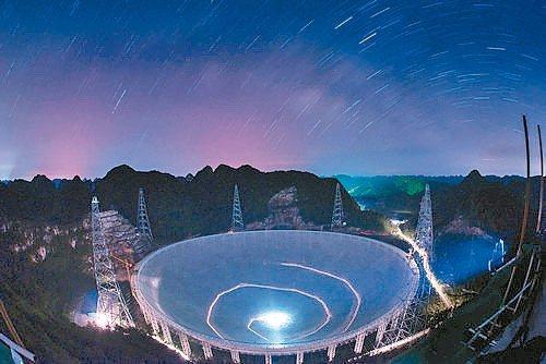 天眼是世界最大的射電望遠鏡,在貴州平塘,利用大窩氹窪地的「喀斯特地貌」優勢,蓋出...