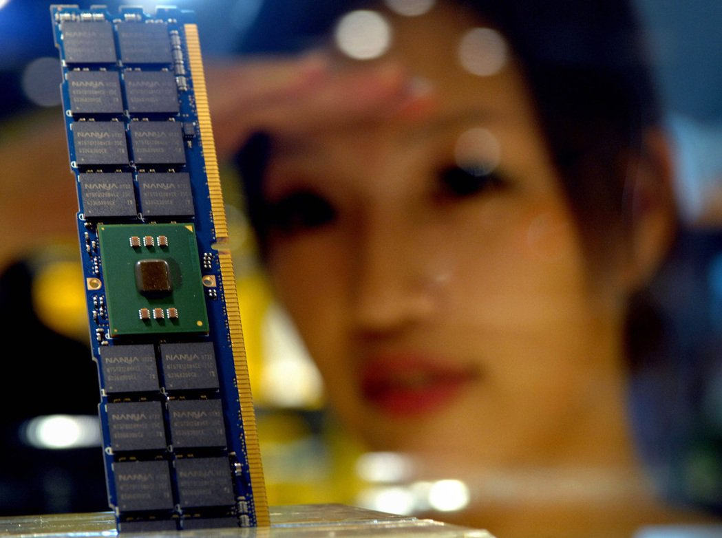 全球DRAM龍頭南韓三星電子近期通知相關電子委託製造廠,計劃調漲第4季行動式記憶...