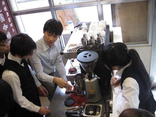 聖約大休健系設有築夢花園實習加啡廳,教授咖啡飲料調製實務,輔導學生取得加啡師專技...