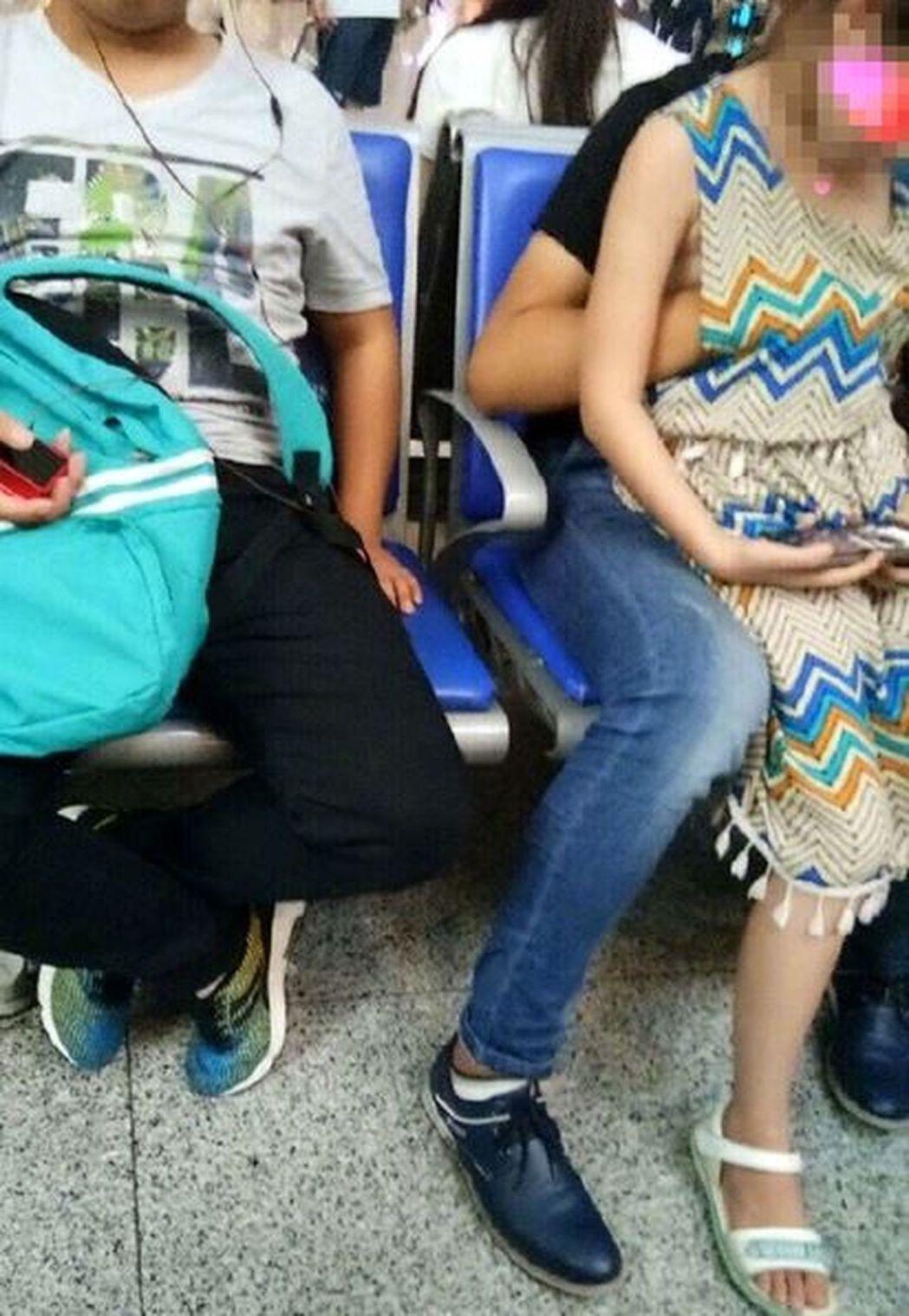 哥哥將手伸進女孩的衣服裡摸胸。圖取自微博