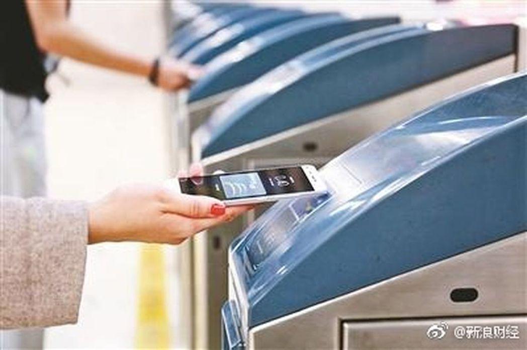 北京地鐵14日起將全線支持「手機一卡通」手機刷卡乘車服務。取材自微博