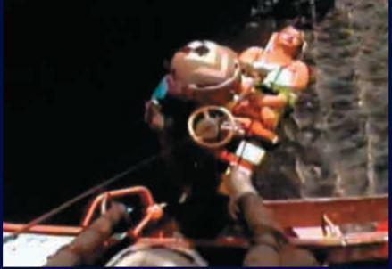 香港飛行服務隊將受傷的潛水人士吊走送院。圖為飛行服務隊提供