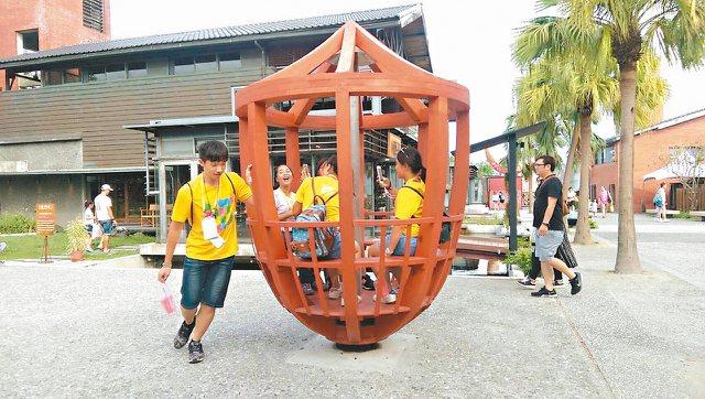 宜蘭傳藝園區巨大陀螺可以供7人坐入,旋轉時有如咖啡杯。