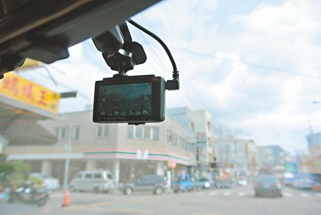 每輛車幾乎必備一台行車記錄器,不只自保,更能提供影像給警方,成為道路正義達人。