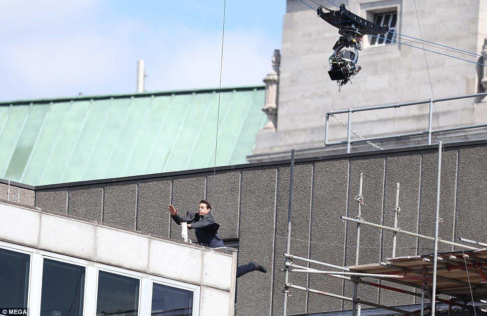 湯姆克魯斯拍攝電影「不可能的任務6」時一場跳樓戲不慎受傷。 圖/擷自Dailym