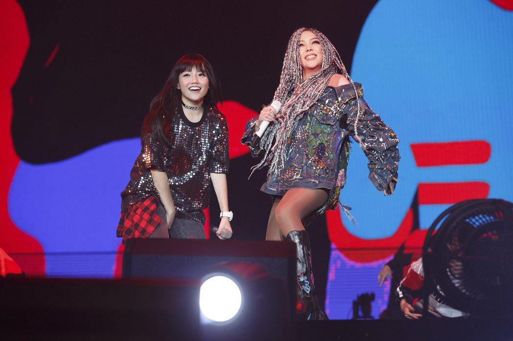 安娜(左)在阿妹(右)演唱會上熱舞。 圖/EMI提供