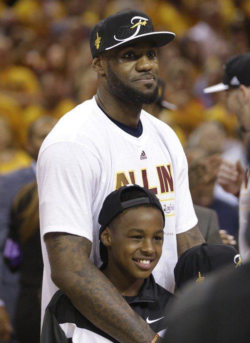 詹姆斯與兒子。 美聯社