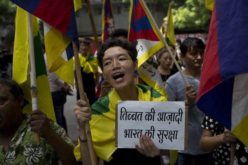 與中國政權關係緊繃的海外流亡藏人,日前亦上街聲援不丹跟印度。 圖/美聯社
