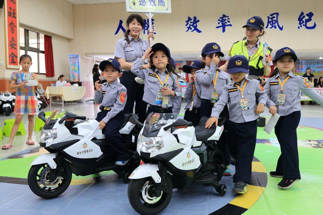 小朋友穿上小小警察制服,學交通規則。 圖/新竹市警局提供