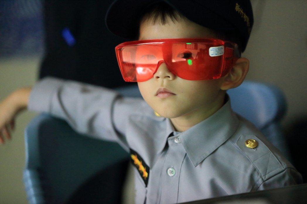 新竹市警局舉辦小小警察,小朋友穿上小小警察制服。 圖/新竹市警局提供