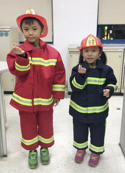 新竹消防局為小朋友量身定做的消防衣。 圖/新竹市府消防局提供