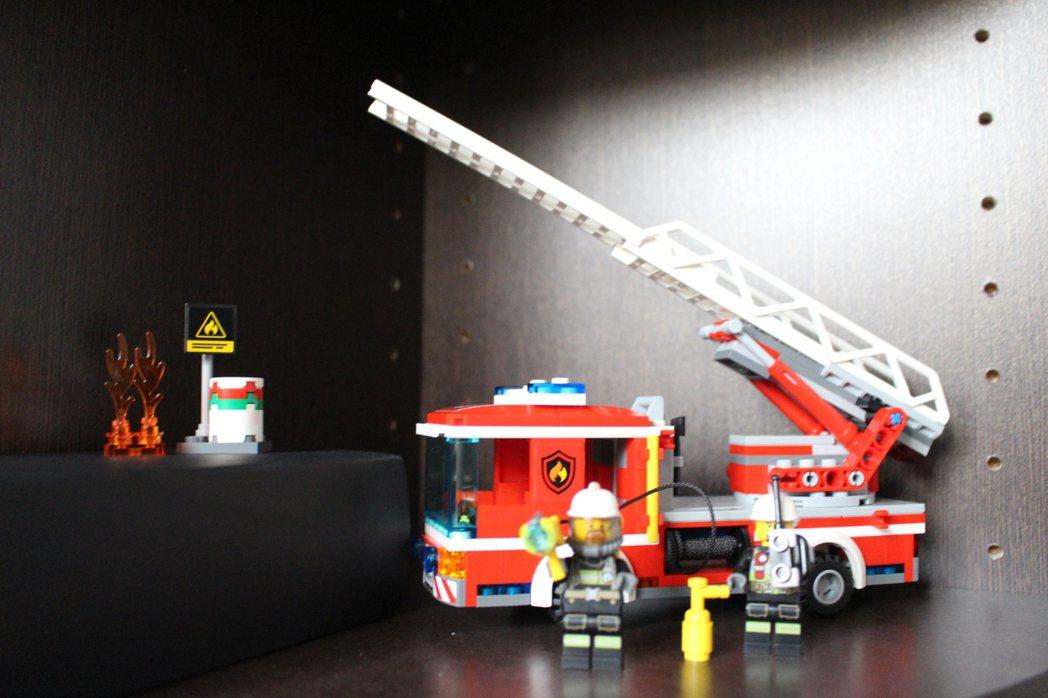 新竹市消防局首次舉辦小小消防員體驗活動,贈送樂高消防車當紀念品。 記者張雅婷/攝...