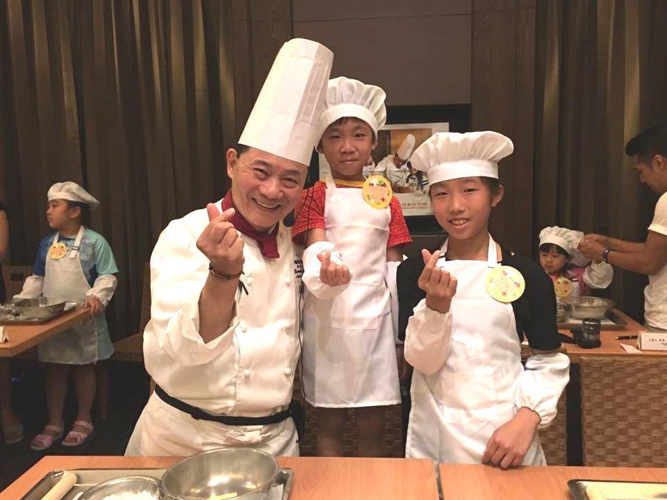 6歲趙小弟與10歲姊姊一起參加小小廚師體驗,由阿基師親自教學。 圖/Yanmem...