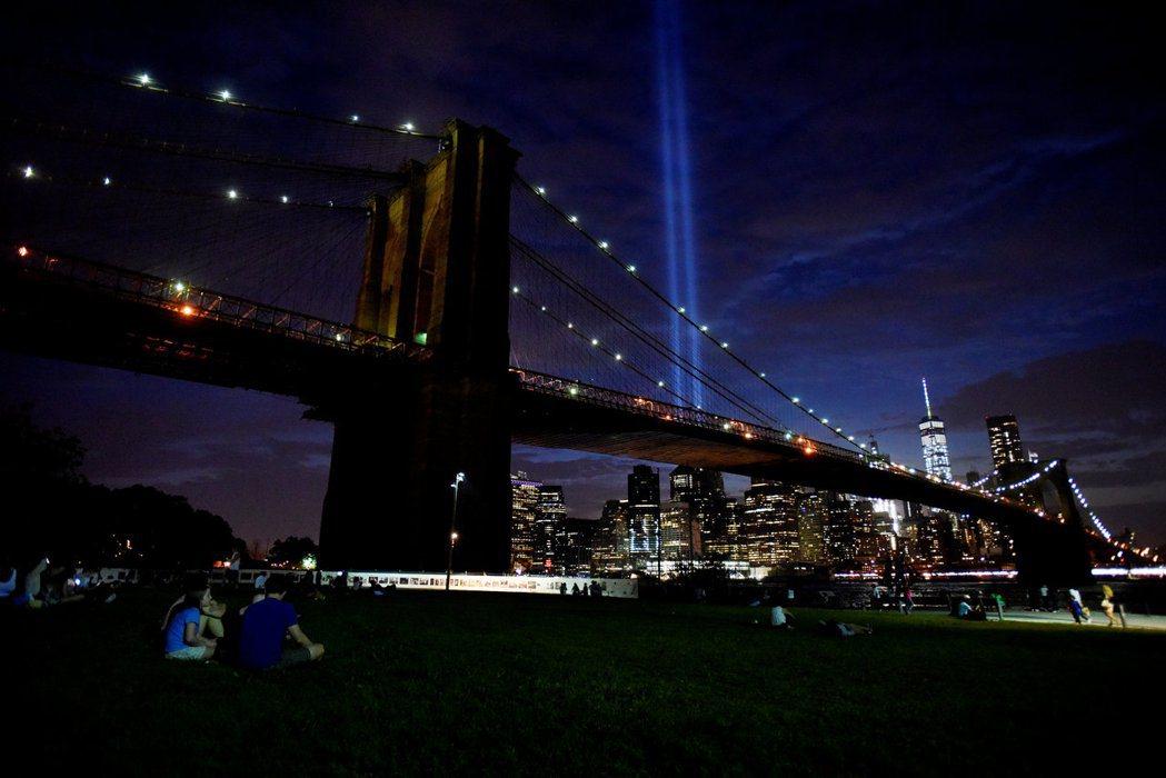 夜晚的紐約布魯克林橋。(路透)