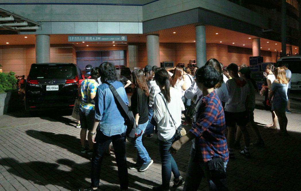 天后張惠妹12日起揭開「烏托邦2.0慶典」大門,演出結束後,許多歌迷湧到後台。記...