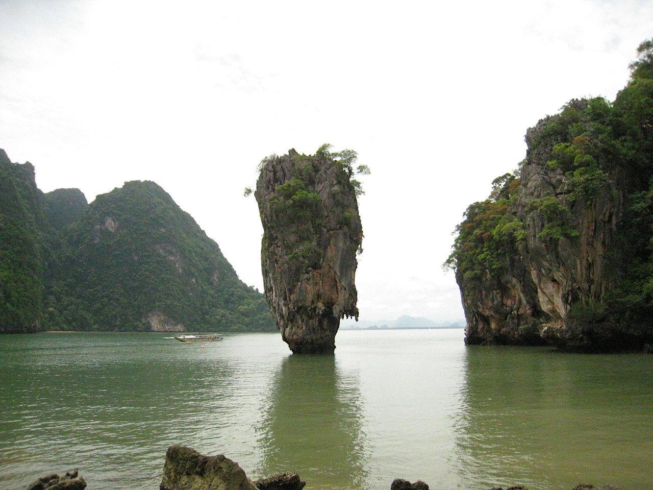 擔任領隊可以看遍各地美景或朝聖電影場景,圖為傳說中的海中大白菜「007島」位於潘...